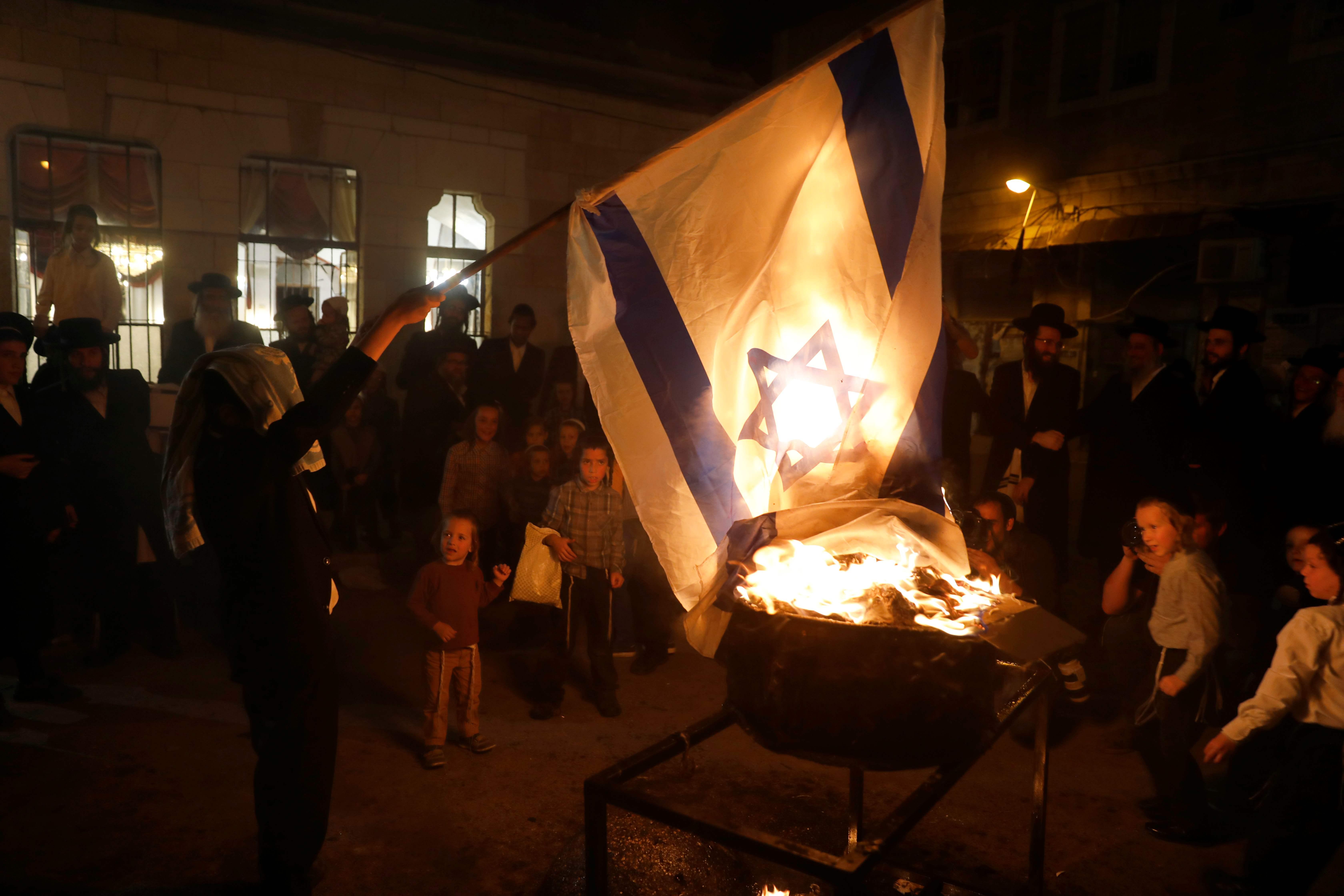 يهود يحرقون العلم الإسرائيلي