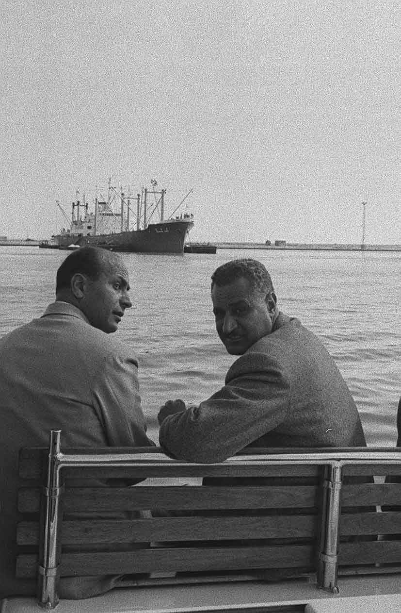 جمال عبد الناصر مع محمود يونس المسئول عن تأميم قناة السويس