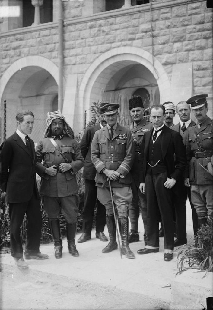 الأمير عبد الله الأول بن الحسين ولورنس العرب الجنرال سالموند قائد القوات الجوية البريطانية, السير هربرت صموئيل, وغيرهم