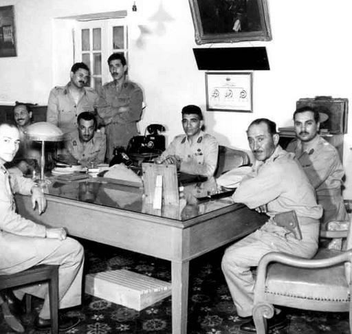 عدد من الضباط في عام 1953. من اليسار إلى اليمين: زكريا محي الدين، عبد اللطيف بغدادي ، كمال الدين حسين (واقفا)، جمال عبد الناصر، عبد الحكيم عامر (واقفا)، محمد نجيب ، جمال حماد، أحمد شوقي