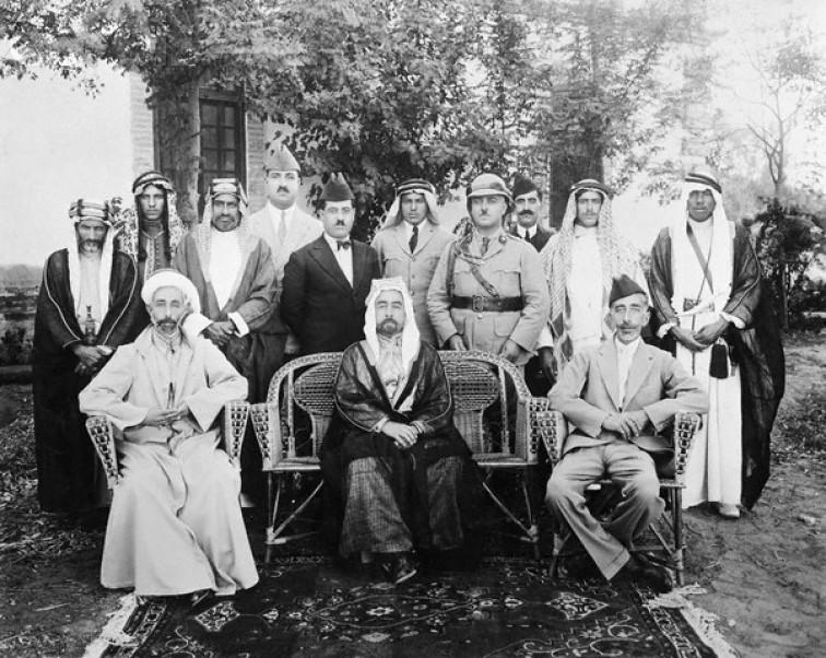 الملك عبد الله مع أخويه الملك فيصل الأول ملك العراق والملك علي ملك الحجاز السابق.