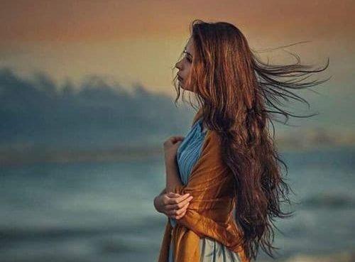 أعانق ما تبقى من ذكراك في مخيلتي وأبحث عنك في زواياها بتفاصيلك الصغرى عن دفء عينك وخبزك الطري و رائحةقهوتك الشهيه في صباح ممطر ممزوج بنكهة الكراميل من شفتيك أدنو وأدنو لأدق تفاصيلك كم طال انتظاري على كرسي المحطه انتظر قدومك بشغف الرضيع لصدر أمه وعلى رائحه الياسمين المنبعث من زواياحناياك كم طال شوقي أن أعبت بحلمي/ حلمك أن تذوبين عشقا ببن أحضاني أن تردي روحي/ روحك بخاتمة الشهاده ان تعبثي بكلمات المفتونه وصوتك انت نم انت تم انت لنهايه الكون وما بعد السرد امنحيني لحظه من لحظات الأنين ببن الدف والغزل وكوني اهازيج شرقيه على دق الطبل ارقصي على واتار وجعي وارقصي على سكرات عشقي وآسفاه فلا الدف ولا الطبل ولا رائحه قهوتك تكفيني لاستمر بالعيش خوديني بعيدا عن منأى الانتظار والحزن خوديني بعيدا عن سواد العين تعبث من البحث عنك بين زوايا الكون عودي بتفاصيلك المبعثره وعودي بصخبك فهو يحييني اقتبس نارا من الوادي المقدس لعلني ادفئ اللحظات وتتجسدين روحا امامي اطرق ابواب الساحرات ولكن هيهات هيهات لا يفلح الساحر حيث أتى دب اليأس في أوصالي سأعلن الحرب على ذاكرتي وهواجسي وأشعاري منى بنحدو
