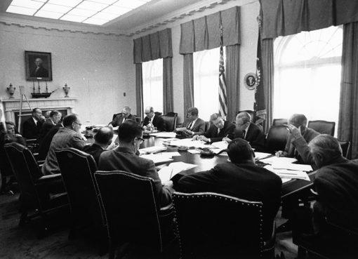 الرئيس كينيدي مجتمعا مع مجلس الوزراء خلال أزمة الصواريخ الكوبية